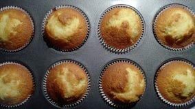Heerlijke vers gebakken muffins na het koken stock fotografie