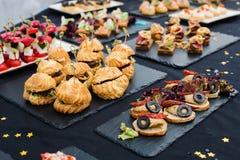 Heerlijke verschillende snacks op vleespennenclose-up royalty-vrije stock foto's