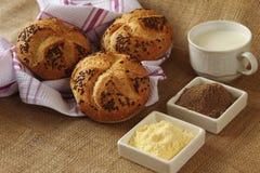 Heerlijke verse broodjes voor ontbijt royalty-vrije stock afbeeldingen