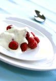 Heerlijke verse frambozen die met yoghurt worden gediend Stock Fotografie
