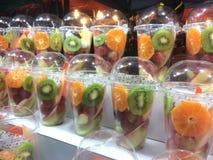 Heerlijke verse gesneden tropische vruchten in een plastic container, een hotel, een restaurant, gezond voedsel Stock Foto's
