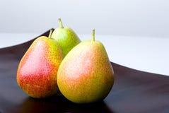 Heerlijke verse kleurrijke peren in een houten vaas royalty-vrije stock afbeelding