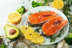 Heerlijke verse vissenlapjes vlees, zalm, forel Met groenten, delicatessenwinkel, veganistvoedsel, dieet en Dotex stock fotografie