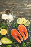 Heerlijke verse vissenlapjes vlees, zalm, forel Schoon en smakelijk voedsel stock afbeeldingen