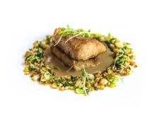 Heerlijke visschotel bij gastronomisch restaurant stock afbeeldingen