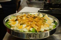 Heerlijke voedselvoorbereiding in familiekeuken royalty-vrije stock foto's