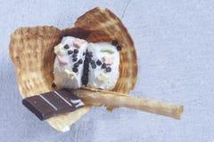 Heerlijke wafel met roomijs Het concept van het de zomervoedsel Hoogste mening van yummy roomijs royalty-vrije stock afbeeldingen