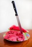Heerlijke watermeloen met een mes Stock Foto