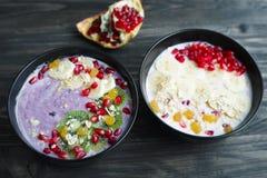 Heerlijke yoghurt smoothie kommen met geassorteerde gezonde vullingen royalty-vrije stock foto's