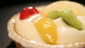 Heerlijke yoghurtcake met tropisch fruit, smakelijke bakkerij voor licht dessert stock video