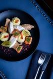 Heerlijke zalm met pastei en hummus op restaurantachtergrond Gezond exclusief voedsel op grote zwarte schotelclose-up royalty-vrije stock afbeeldingen