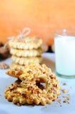 Heerlijke zandkoekkoekjes met noten Koekjes met okkernoten Kerstmissnoepjes en koekjes Sluit omhoog Stock Afbeeldingen