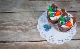 Heerlijke, zoete die cupcakes met room, chocoladeroom, kaneel, cacao wordt verfraaid verfraaid met vers, natuurlijk, organisch fr royalty-vrije stock foto