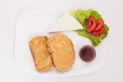 Heerlijke, zoete Franse toost met kaas, tomaten en fruitjam royalty-vrije stock fotografie