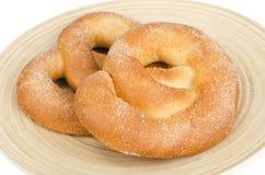 Heerlijke zoete gebakjes eigengemaakte pretzel met suiker royalty-vrije stock foto's