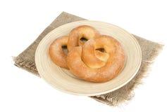 Heerlijke zoete gebakjes eigengemaakte pretzel met suiker stock afbeelding