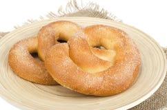Heerlijke zoete gebakjes eigengemaakte pretzel met suiker stock afbeeldingen