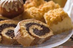 Heerlijke zoete Pasen-cakes op plaat royalty-vrije stock fotografie