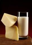 ?heese Scheibe und Milch Lizenzfreie Stockfotos