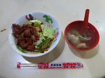 Heet Aziatisch voedsel Varkensvlees in gevoelige kruiden Uitstekende smaak, gastronomische ervaring Vleesballen in bouillon stock afbeeldingen