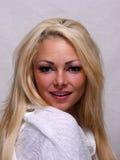 Heet blond model die de camera onderzoeken Royalty-vrije Stock Foto's
