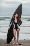 Heet brunette in doopvont van haar reisvin Royalty-vrije Stock Foto's