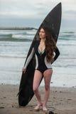 Heet brunette in doopvont van haar reisvin Stock Fotografie