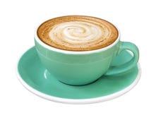 Heet de kunst spiraalvormig schuim van de koffiecappuccino latte in de kop van de jadekleur die op witte achtergrond, weg wordt g Royalty-vrije Stock Fotografie