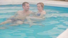 Heet de lente geothermisch kuuroord Romantisch paar in liefde het ontspannen in hete pool stock footage