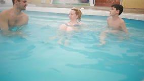 Heet de Lentes geothermisch kuuroord familie met kinderen om in de hete pool te ontspannen stock videobeelden