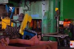 Heet die ijzer in smeltery door een arbeider wordt gehouden Product van het hoge precisie het hete smeedstuk, automobieldeelprodu royalty-vrije stock fotografie