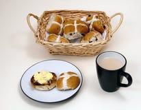 Heet-dwars broodjes en een kop thee. royalty-vrije stock fotografie
