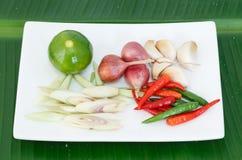 Heet en kruidig ingrediënt op banaanblad van Thais voedsel Stock Foto