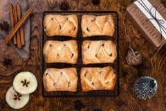 Heet gebakje, appelstrudel op een rooster, Nieuwjaar en Kerstmis, tradities en giften, rustieke stijl royalty-vrije stock afbeelding