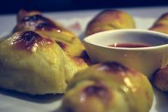 Heet gebakken smakelijk croissant met saus stock afbeeldingen