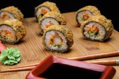Heet gebraden Sushibroodje met garnalen en kaviaar royalty-vrije stock foto's