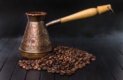 Heet graangewas, zwarte koffie in Turku, met stoom op een zwarte achtergrond Royalty-vrije Stock Afbeeldingen
