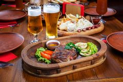 Heet lapje vlees met saus en groenten Op een houten lijst stock foto