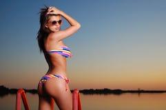 Heet meisje in bikini op zonsondergang Stock Afbeelding