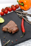 Heet rundvleeslapje vlees met groenten en thyme Stock Afbeelding