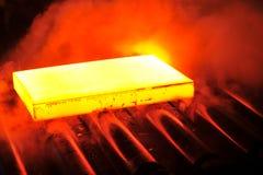 Heet staal op transportband stock foto