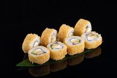 Heet tempurabroodje met garnaal en kaas op zwarte achtergrond royalty-vrije stock foto's