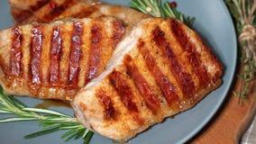 Heet vlees De stukken van geroosterd varkensvlees roteren op een plaat stock footage