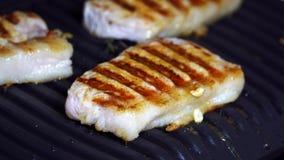 Heet vlees Kokend varkensvlees op de grill stock footage