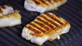 Heet vlees Kokend varkensvlees op de grill stock video