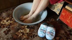 Heet voetbad met schillenaardappels stock footage