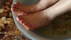 Heet voetbad met schillenaardappels stock video