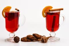 Heet wijnconcept Overwogen wijn of hete drank in glazen en koekjes Traditionele overwogen wijn met kruiden Glazen met Royalty-vrije Stock Foto's