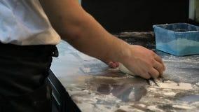 hef bereidt deeg voor pizza voor stock videobeelden