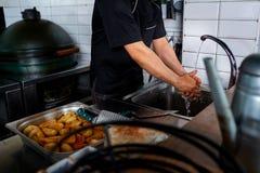 Hef del ¡de Ð que se lava las manos antes de preparar cocinar Fotografía de archivo libre de regalías